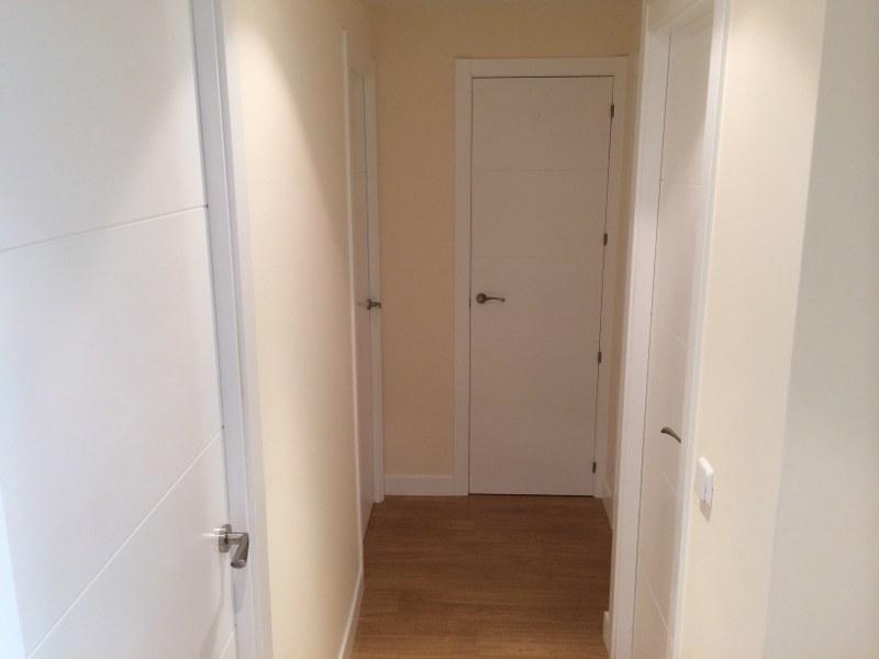 Reforma de vivienda en Madrid: alisado de paredes, pintura lisa, reforma de baño y cocina, colocación de tarima, colocación de puertas, armario empotrado, ...