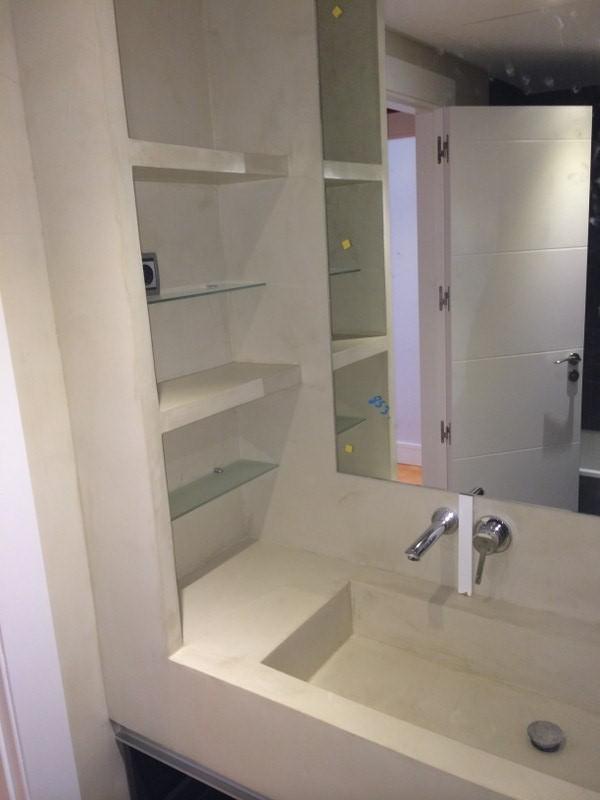 Reforma de baño en Madrid con estantería de obra, lavabo de obra, aplicación d microcemento