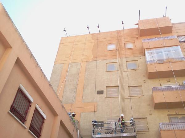 Aplicación de corcho proyectado en fachada edificio